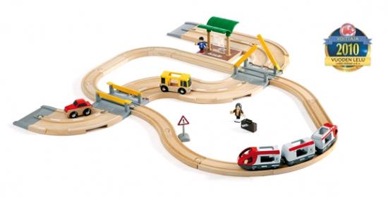 Brio - Vláčikodráha s os. vlakom, závorami a cestným prejazdom, 33 dielov
